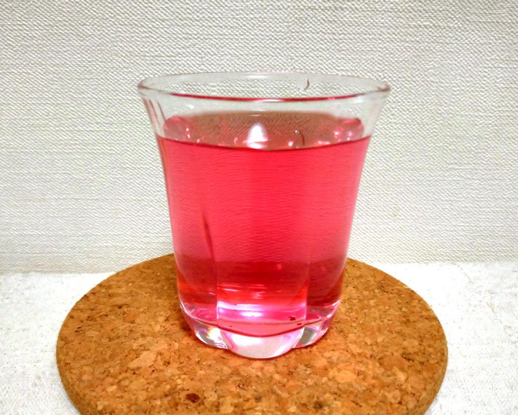 グラスに入った赤しそジュース