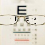 視力矯正のレーシックをやった時の体験談:地獄の痛み、現在10年以上経過…まずもって快適!
