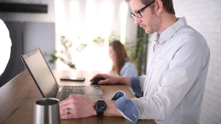 スタンディングデスクのススメ:今の机にオプションで置くだけの簡単設置、作業効率が上がった(?)体験談など